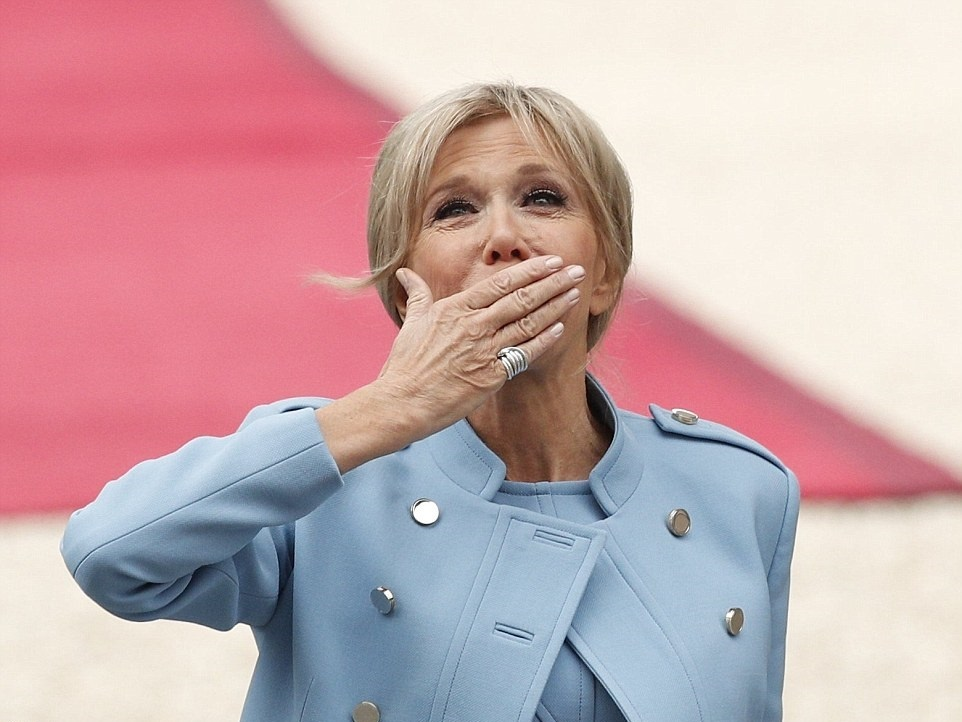 تصاویر   رئیسجمهور جوان فرانسه در کاخ الیزه   مکرون رسما قدرت را به دست گرفت