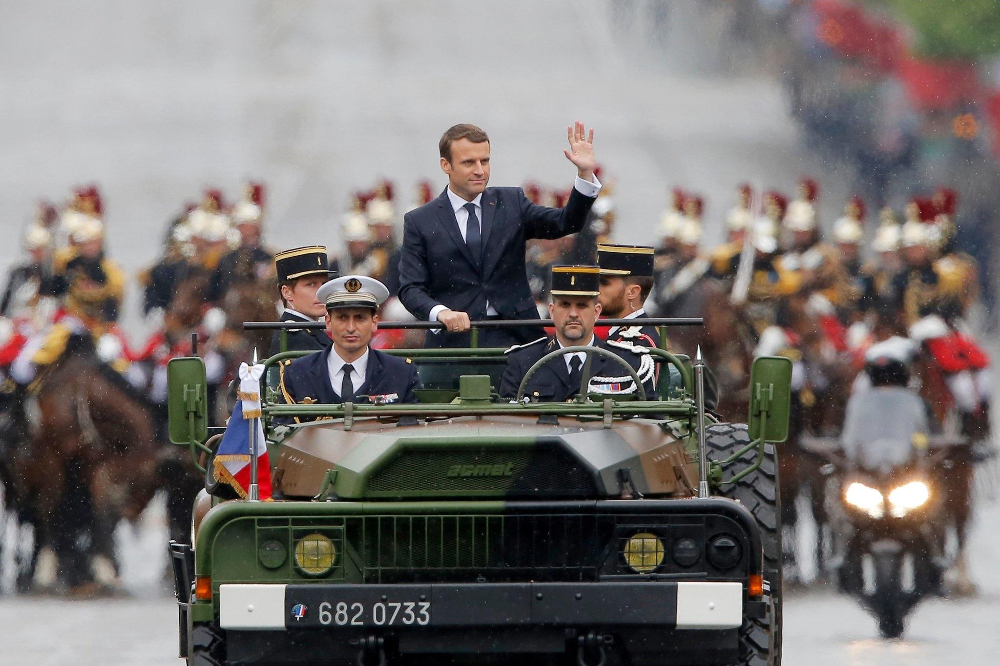 تصاویر   خودرویی که رئیسجمهور فرانسه را از مراسم تحلیف به خیابانها آورد