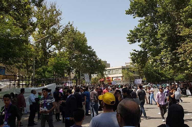 تصاویر | حامیان روحانی در انتظار ورود به ورزشگاه تختی مشهد