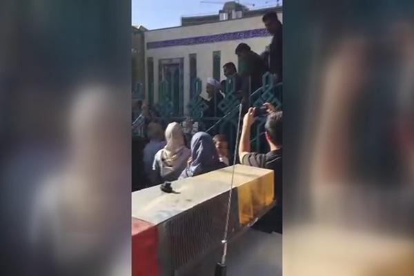 فیلم | استقبال مردم از حسن روحانی در حسینیه ارشاد
