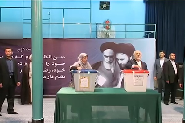 فیلم | استقبال پرشور از ظریف در حوزه رایگیری با شعار «ظریف دوستت داریم»