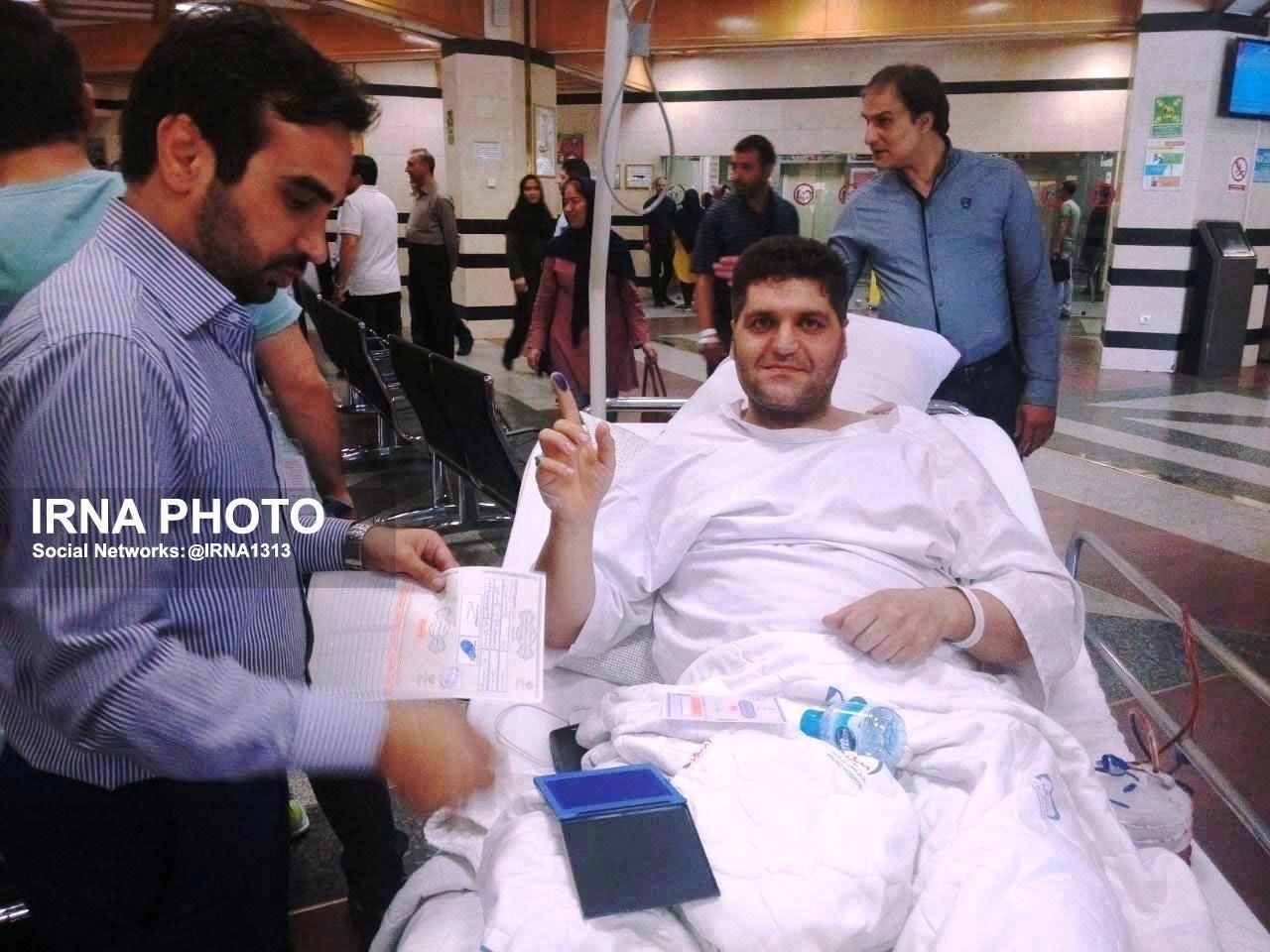 عکس   حضور در صف رای با تخت بیمارستان