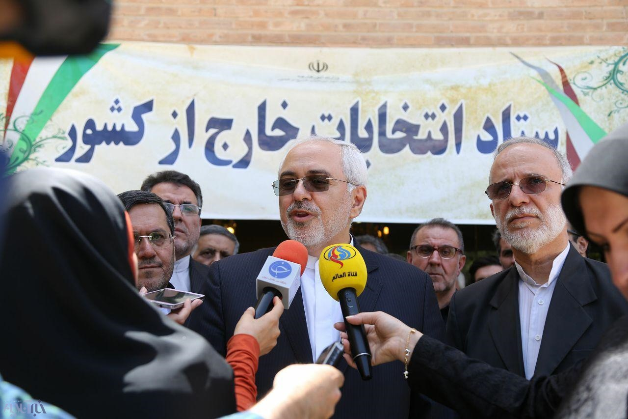 بازدید ظریف از ستاد انتخابات خارج از کشور در وزارت خارجه