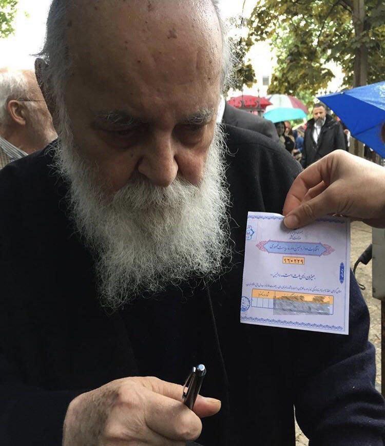عکس | هوشنگ ابتهاج رأی خود را به صندوق انداخت
