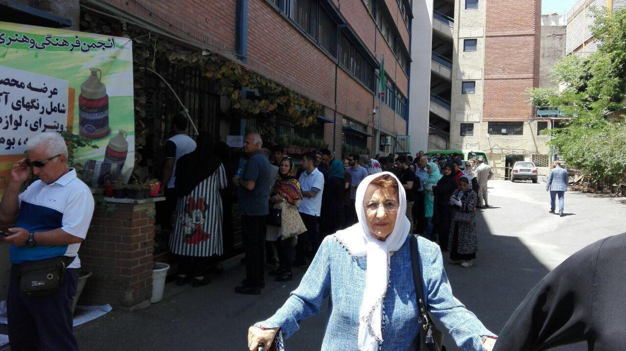 عکس   شرکت همسر دکتر شریعتی در انتخابات