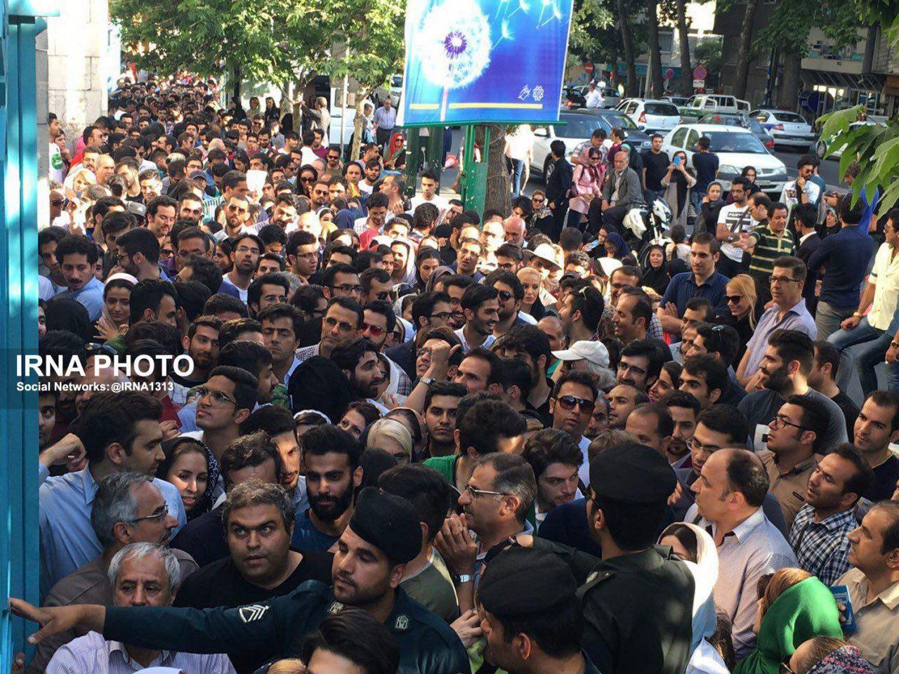 عکس   ازدحام جمعیت حسینیه ارشاد را قفل کرد!