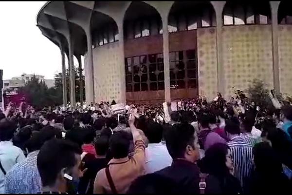 فیلم | جشن پیروزی هواداران روحانی در چهارراه ولیعصر تهران