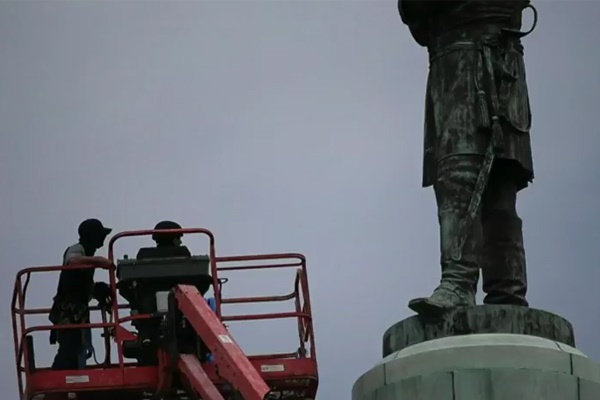 فیلم | پایین کشیدن مجسمه یک ژنرال آمریکایی طرفدار بردهداری