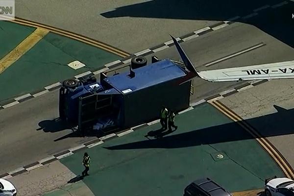 فیلم   برخورد هواپیما با کامیون در باند فرودگاه لسآنجلس