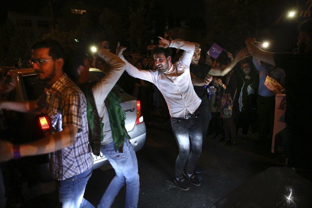 عکس جالب آسوشیتدپرس از شادی هواداران روحانی بعد از انتخابات