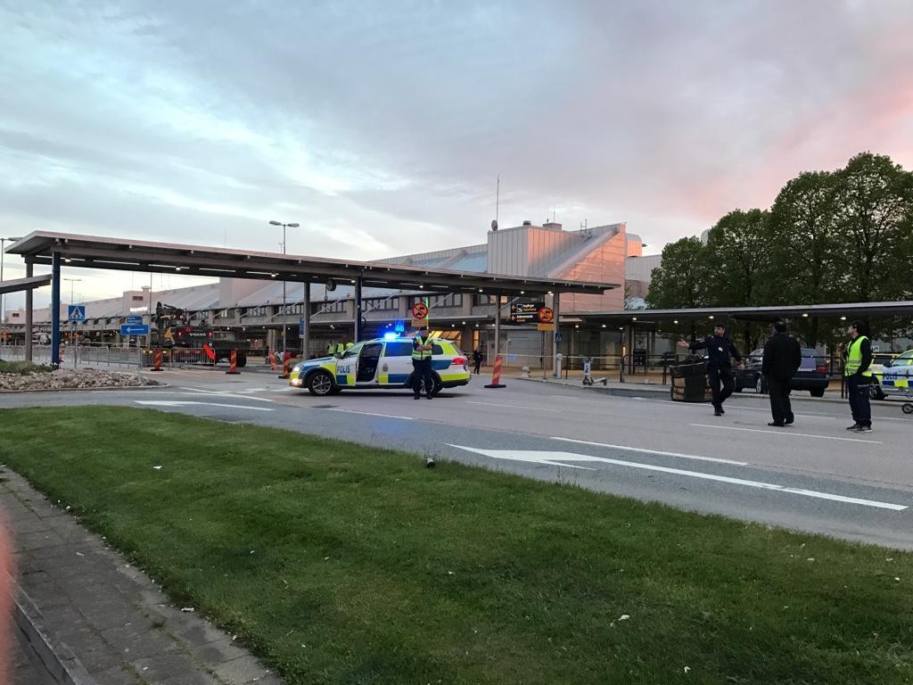 تصاویر | تخلیه فرودگاهی در سوئد پس از کشف یک بسته مشکوک