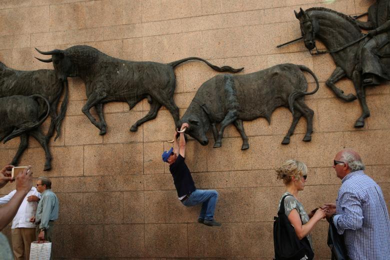 عکس   ژست متفاوت برای گرفتن عکس یادگاری با مجسمههای دیواری در اسپانیا