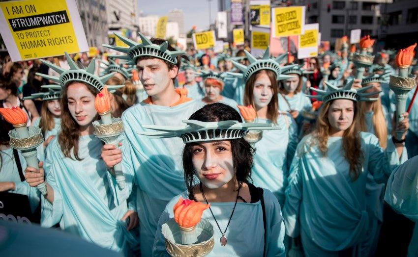 تصاویر | تظاهرات جالب بلژیکیها در اعتراض به سفر ترامپ به بلژیک