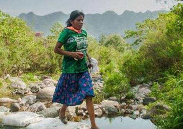 تصاویر | زنی که با دامن و دمپایی قهرمان مسابقه بینالمللی دو مارتن شد