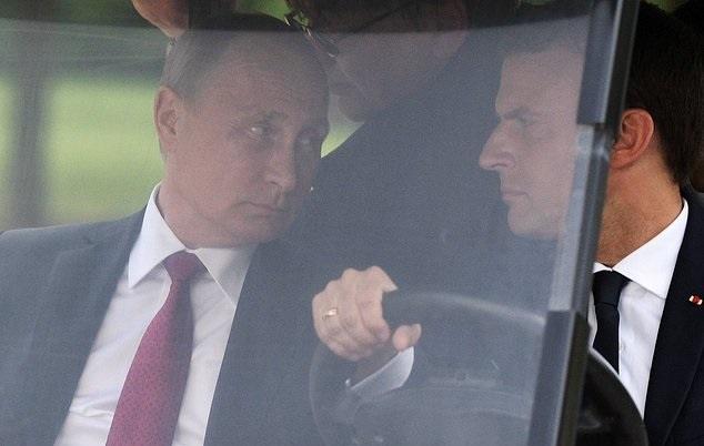 تصاویر | حاشیههای دیدار پوتین و مکرون | گردش با خودروی برقی و قدم زدن در کاخ ورسای