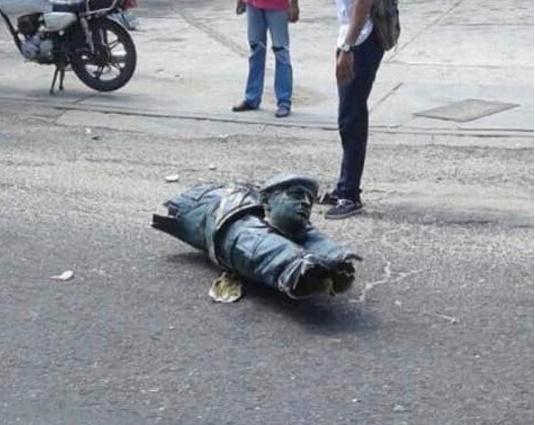 تصاویر | پایین کشیدن و شکستن مجسمه چاوز در ونزوئلا