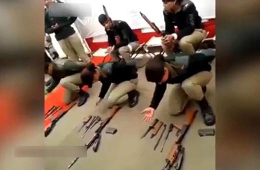 فیلم | مهارت زنان ارتش هند در باز و بسته کردن اسلحه