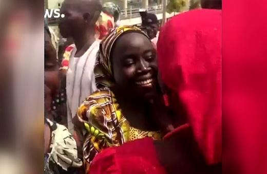 فیلم | صحنههای احساسی از بازگشت ۸۲ دختر آزاد شده از اسارت بوکوحرام