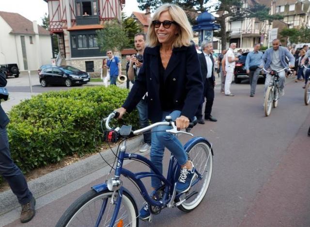 تصاویر   دوچرخهسواری امانوئل مکرون و همسرش در شمال فرانسه