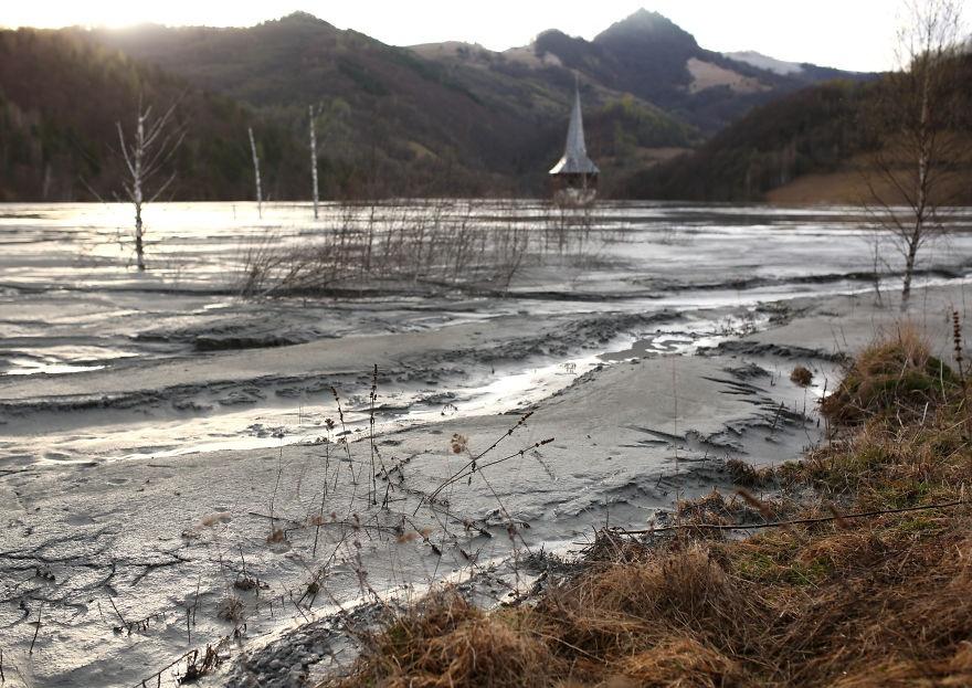 تصاویر | روستای زیبایی که در پسماند معدن دفن شد