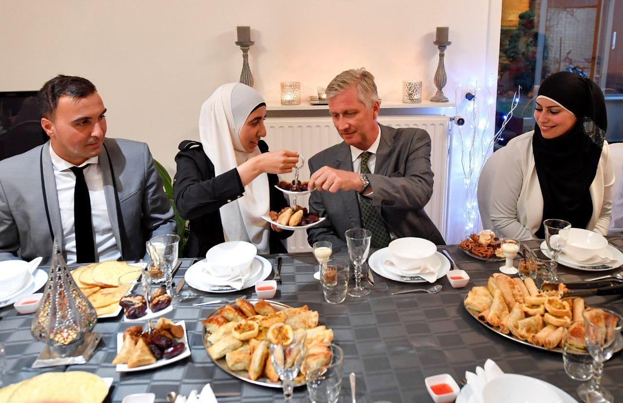 عکس | حضور پادشاه بلژیک در مراسم افطار یک خانواده مسلمان