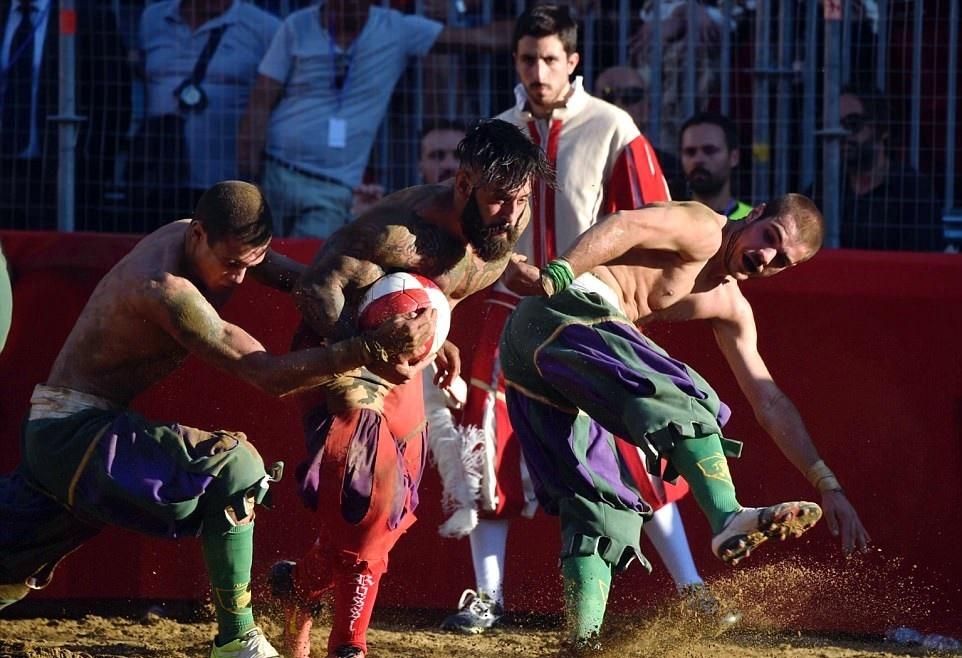 تصاویر | فوتبال متفاوت ایتالیاییها با طعم خون و کتککاری