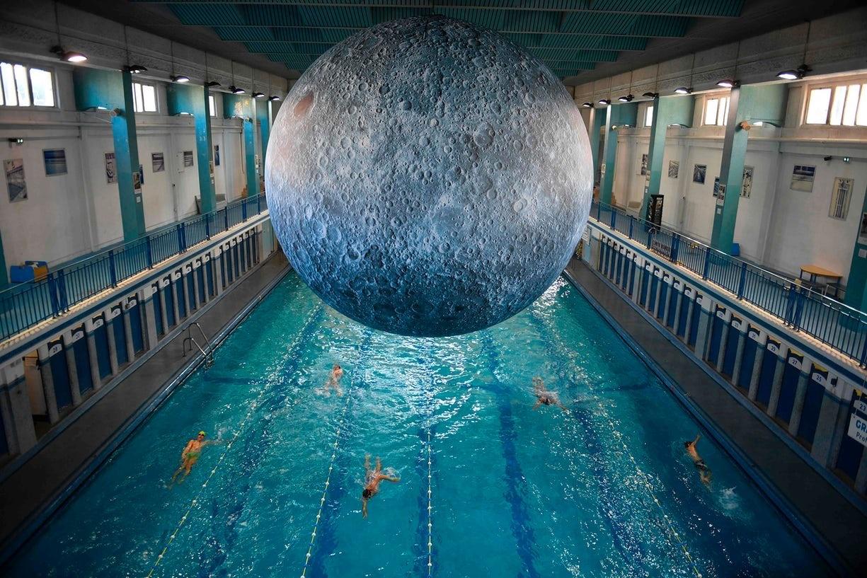 عکس | شنا کردن در فاصله چند متری ماه!