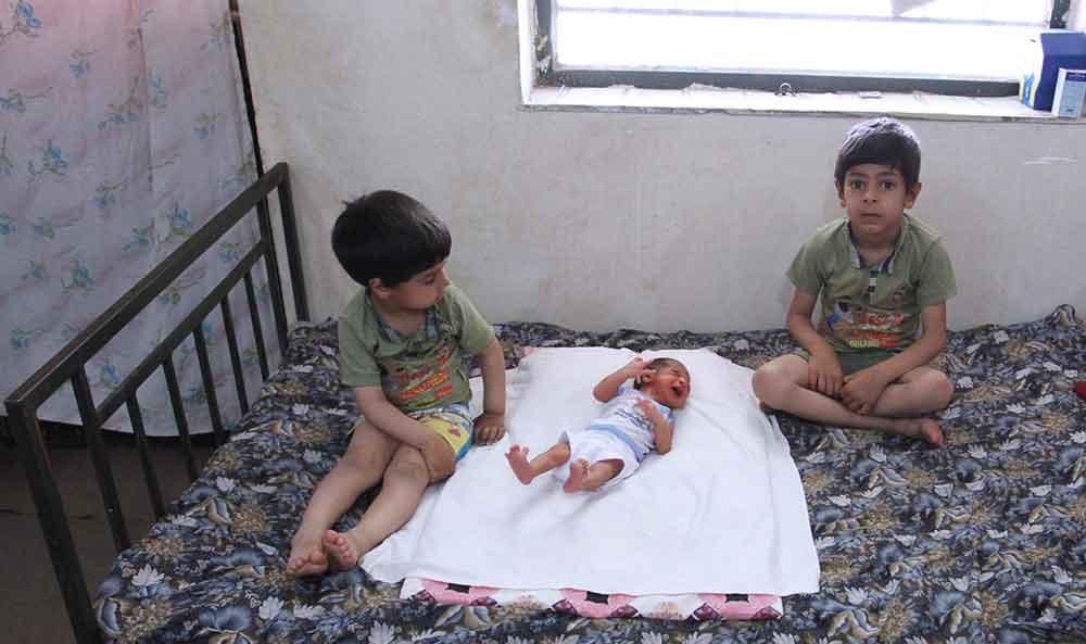 تصاویر | تولد نوزاد ۲۴ انگشتی در خراسان