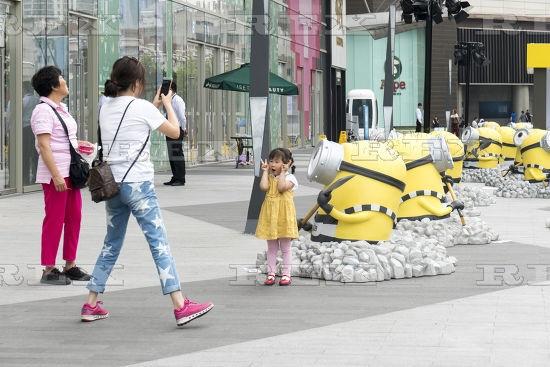 تصاویر | هجوم «مینیونها» به یک مرکز خرید در شهر شانگهای چین