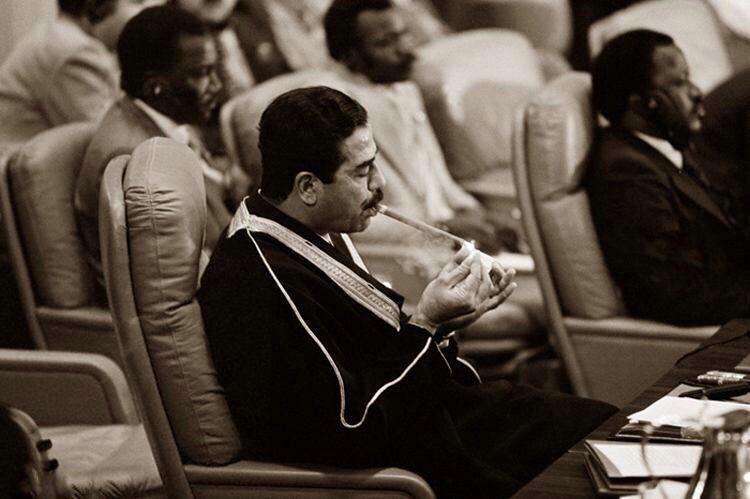 عکس | صدامحسین و سیگار عجیبش در اجلاس سران کشورهای عرب