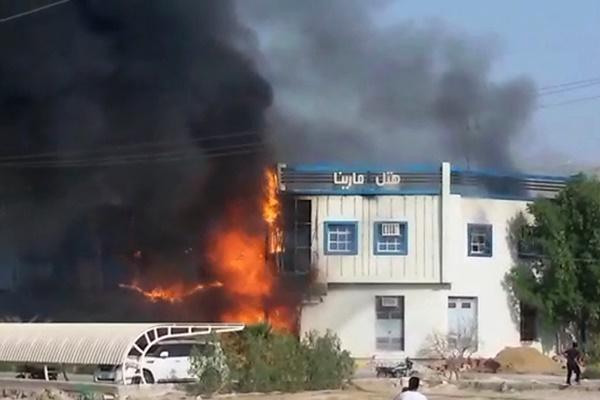 فیلم | آتشسوزی شدید یک هتل در قشم که به خیر گذشت
