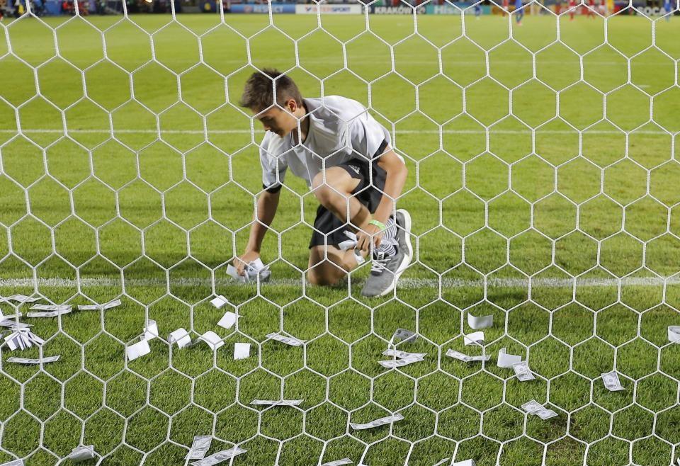 تصاویر   ریختن دلارهای تقلبی بر سر دروازهبان تیم ایتالیا به جرم تصمیم به ترک میلان