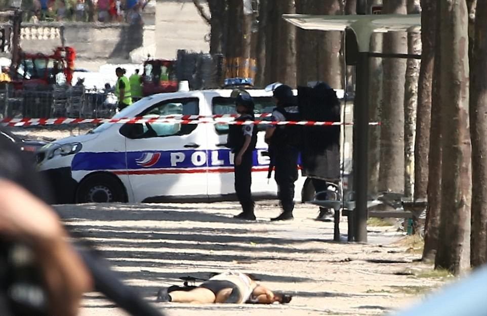 تصاویر   انفجار در شانزهلیزه پاریس   منفجر شدن خودروی مهاجم بعد از برخورد با خودروی پلیس