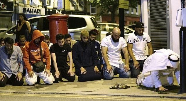 تصاویر | نماز جماعت مسلمانان در نزدیکی محل حمله به مسجد لندن