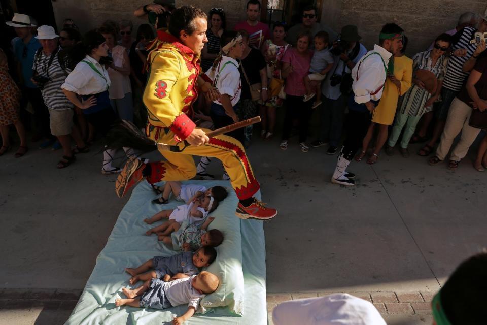 تصاویر | جشنواره عجیب اسپانیاییها؛ جایی که شیطان از روی نوزادان میپرد