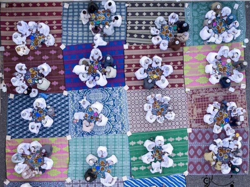 عکس | نمایی متفاوت و زیبا از مراسم افطار روزهداران عمانی