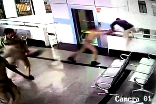 فیلم | لحظه خودکشی یک متهم قبل از ورود به دادگاه!