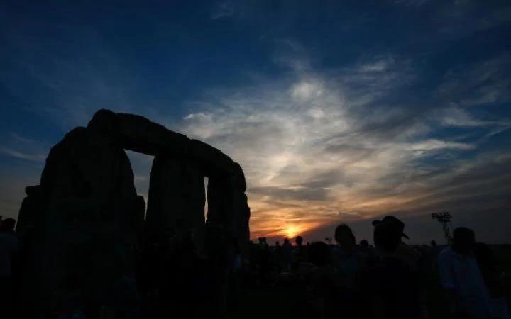 تصاویر | جشن بلندترین روز سال در کنار بنای تاریخی بریتانیا