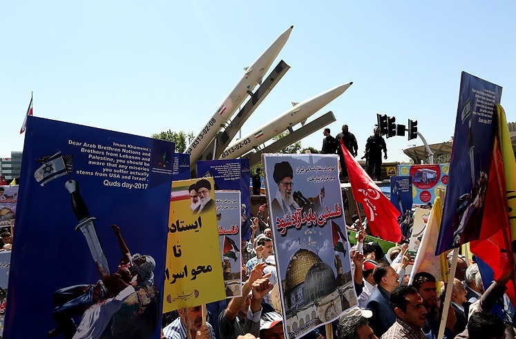 راهپیمایی سیاسیون، تحتالشعاع حمله موشکی سپاه به داعش