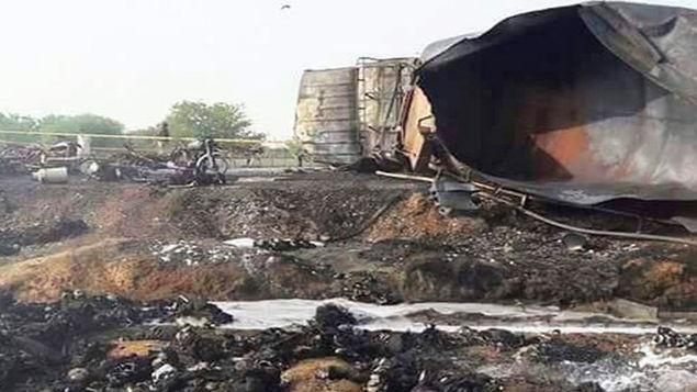نخستین تصاویر از واژگونی تانکر حامل سوخت در پاکستان با ۱۲۳ کشته