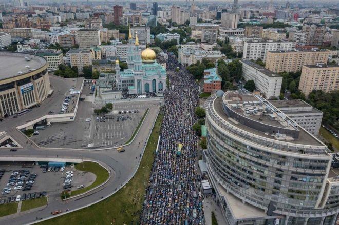 فیلم و عکس | نمای هوایی از نماز پانصد هزار نفری عید فطر در مسکو