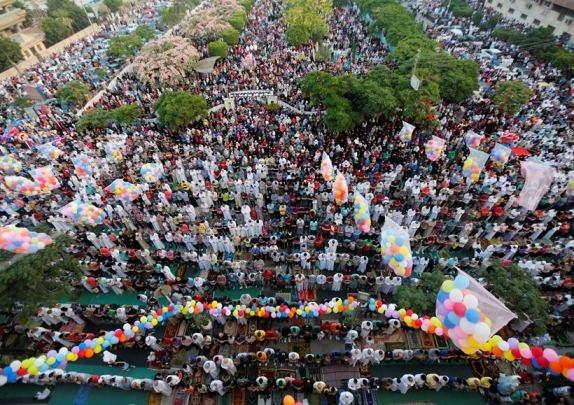 تصاویر | جشن عید فطر مصریها با بادکنکهای رنگی