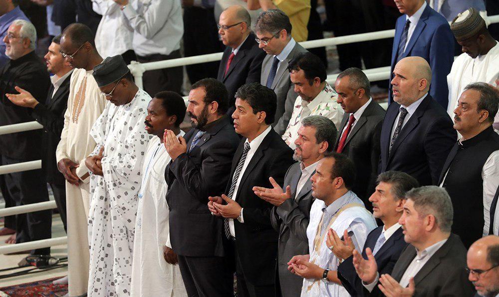 عکس | اقتدای مهمانان خارجی اهل سنت به رهبر انقلاب در نماز عید فطر