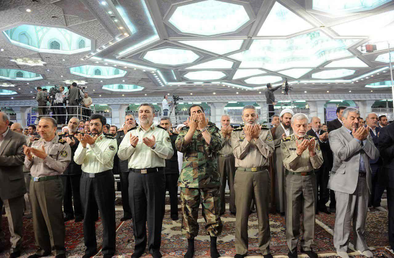 عکس | نمازگزاری فرمانده سپاه در کنار فرمانده ارتش در روز عید فطر