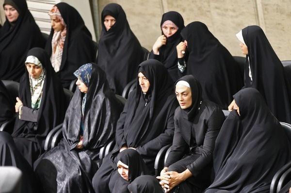 عکس   شهربانو منصوریان و مادرش در مراسم دیدار با رهبر انقلاب
