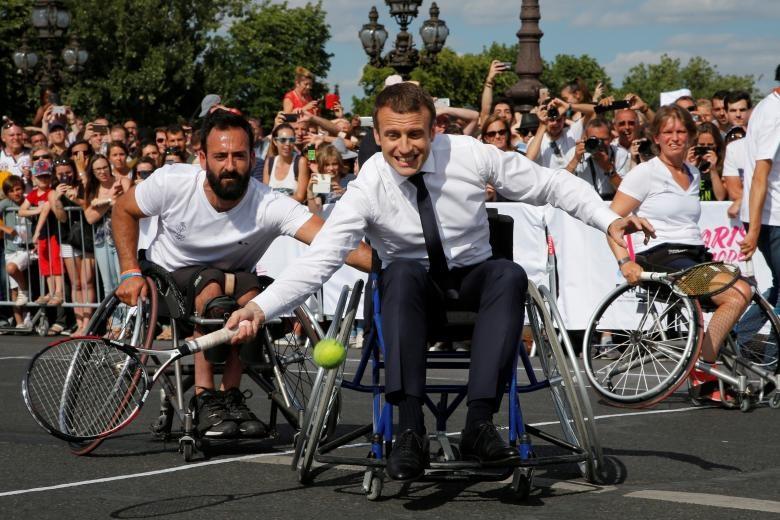 تصاویر | رئیسجمهور جوان فرانسه در حال بازی تنیس روی ویلچر