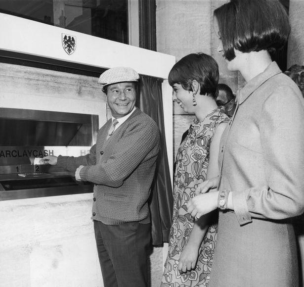 عکس | ۵۰سال قبل؛ افتتاح اولین دستگاه خودپرداز بانکی