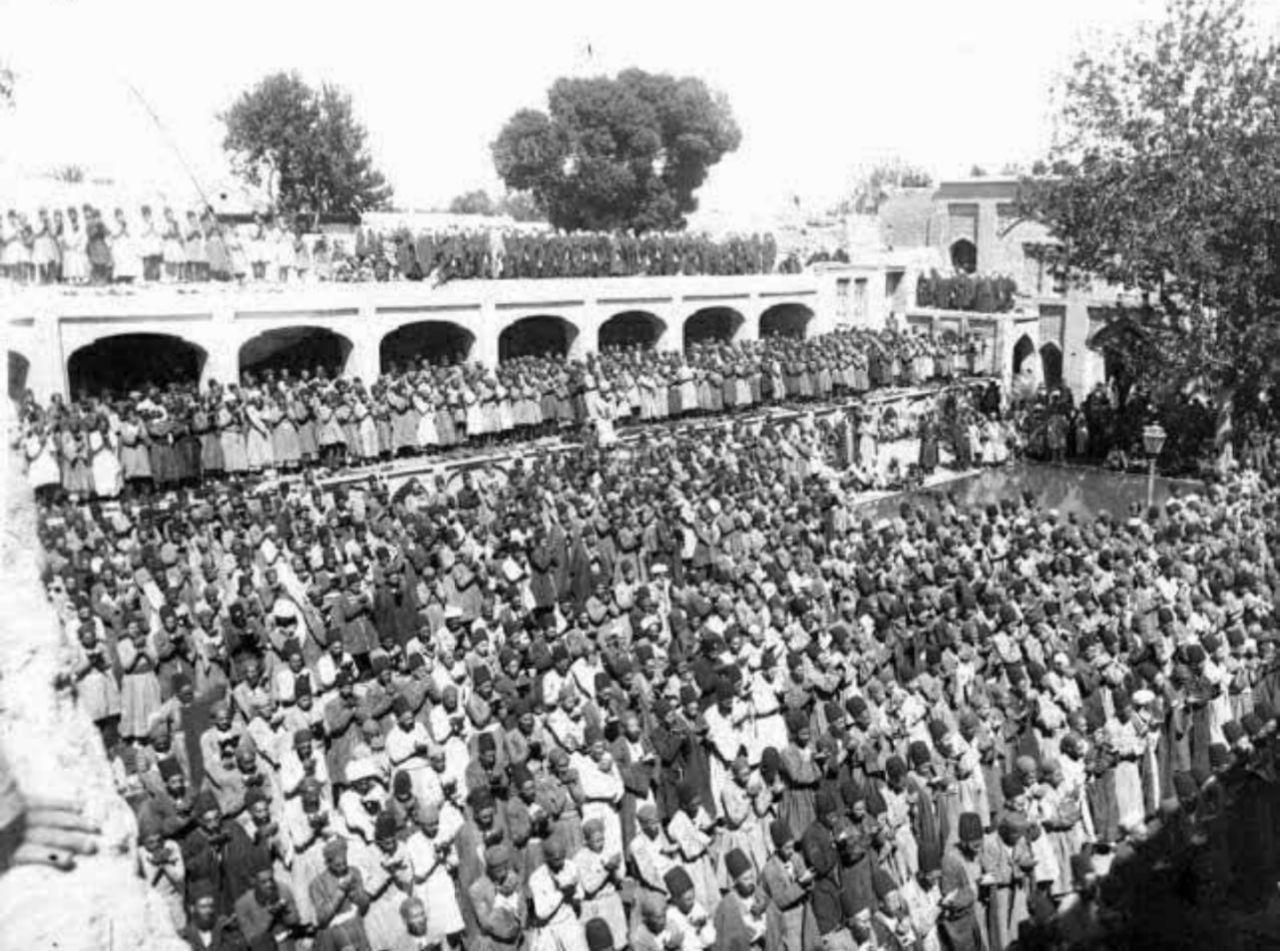 عکس | نماز جماعت مسجد جامع تهران در زمان مظفرالدین شاه