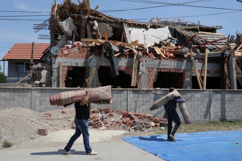تصاویر | اقامه نماز مسلمانان صربستان مقابل مسجدی که در بلگراد تخریب شد