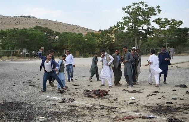 عکس   تصویر دلخراش پرتاب سنگ به سوی جنازه یکی از مهاجمان حمله امروز کابل (۱۶+)
